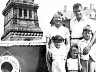 The Maraniss family in 1952, shortly after Elliott went before the House Un-American Activities Committee.